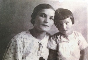 Jadwiga-Bandrowska-z-corka-Alina-po-aresztowaniu-Adama