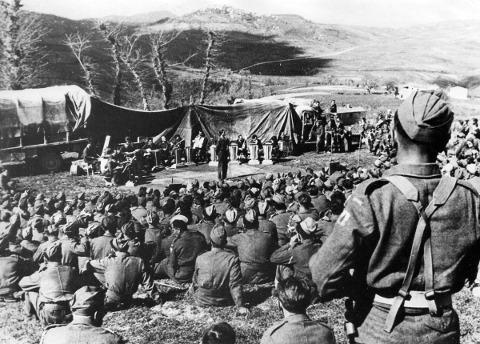073_PolishParade_Wars_13_Teatr_CzerwoneMaki_GwidonBorucki_OrkiestraAlfredaSchutza_Maj1944